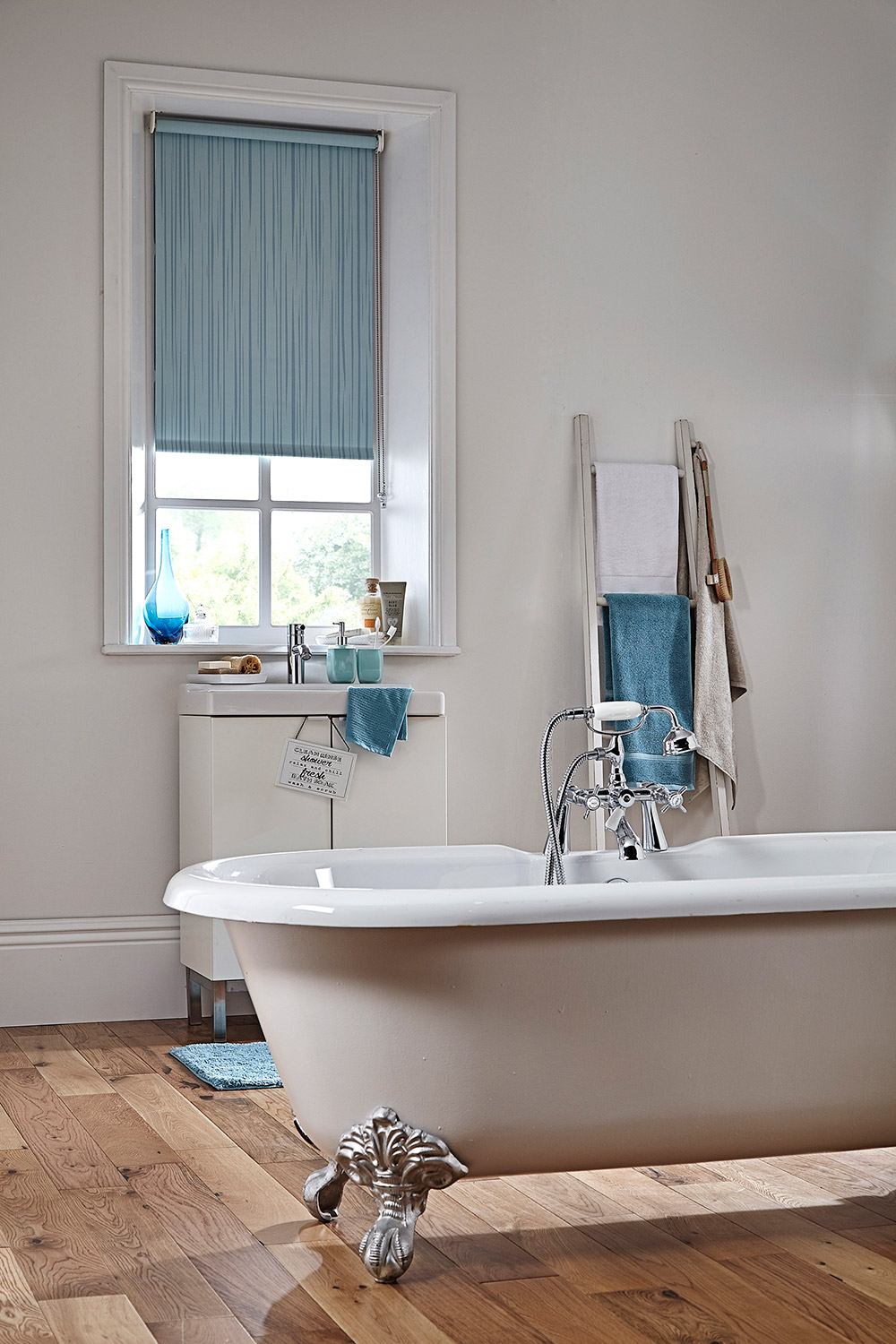 Roller blinds apollo blinds venetian vertical roman for What type of blinds for bathroom